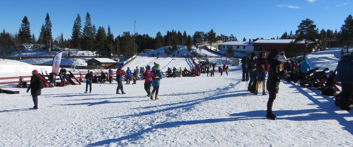 Stort åpent område for støtteaparat mellom skiløypene inne på stadion.
