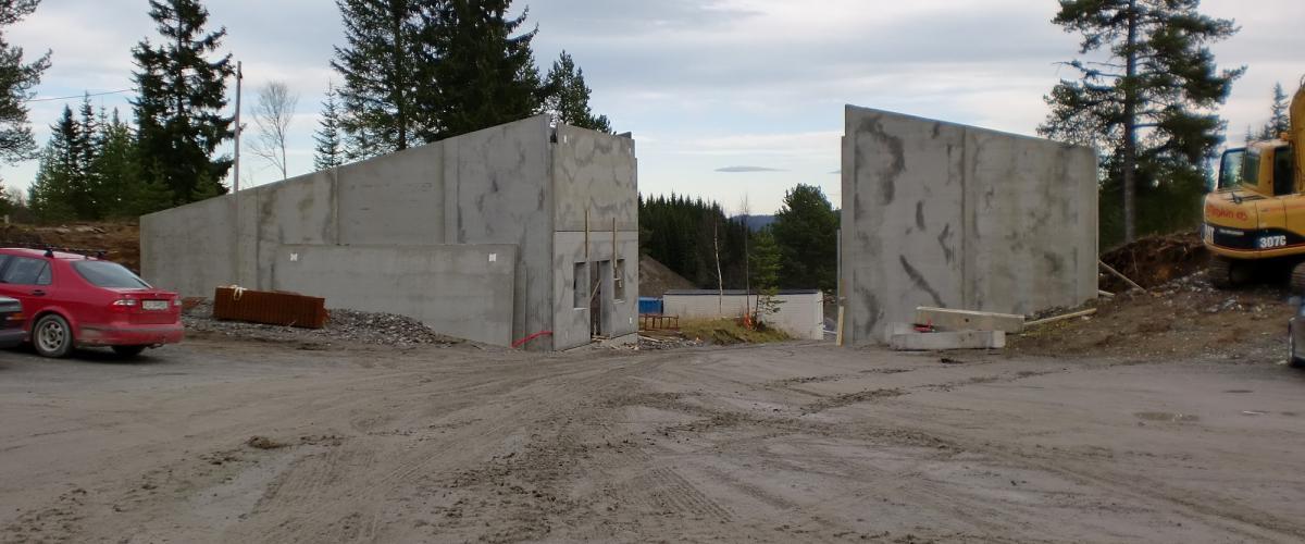 Skiløypa bygges som en bru mellom to betongbygninger.