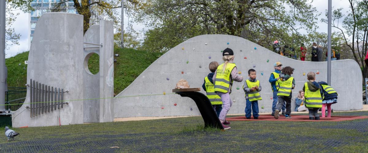 Barn som leker i parken Lydbølgen