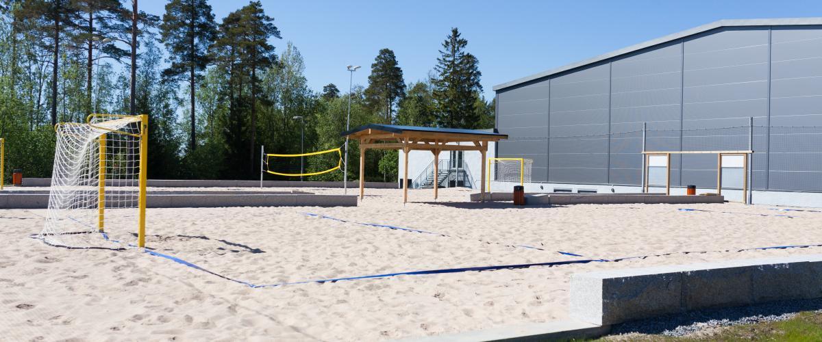 Beachhåndballbane sett med hall i bakgrunn