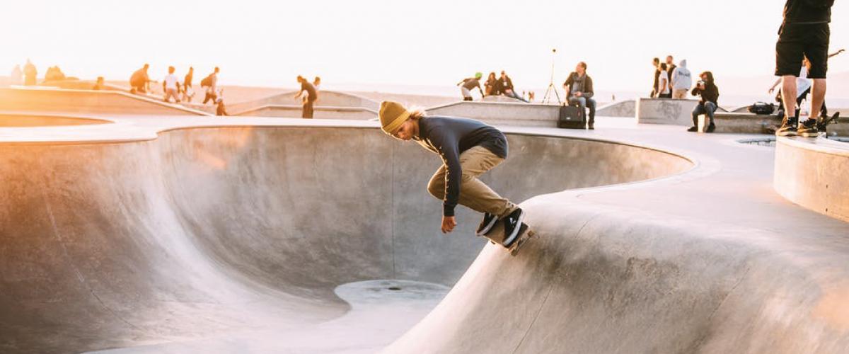 Gutt som kjører brett i betongpark