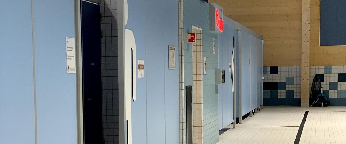 Garderober sett fra bassengkanten i Skattekista svømmehall