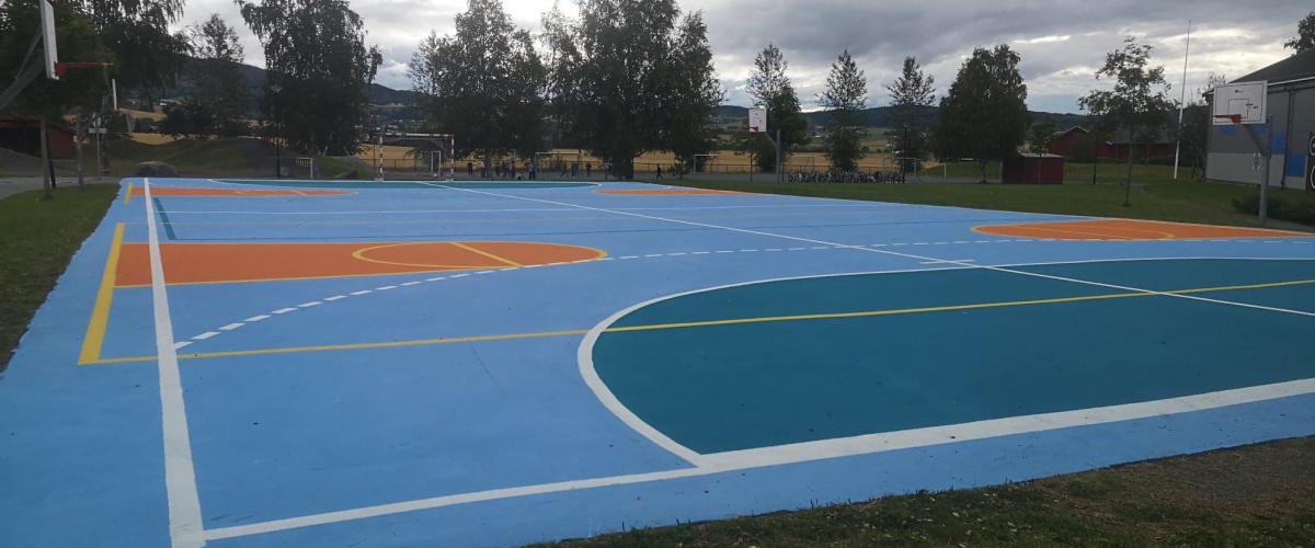 Eksisterende ballbane er oppgradert ved at asfalten er malt