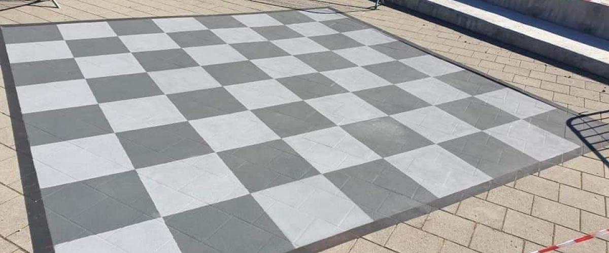 Stort sjakkbrett malt på steinheller