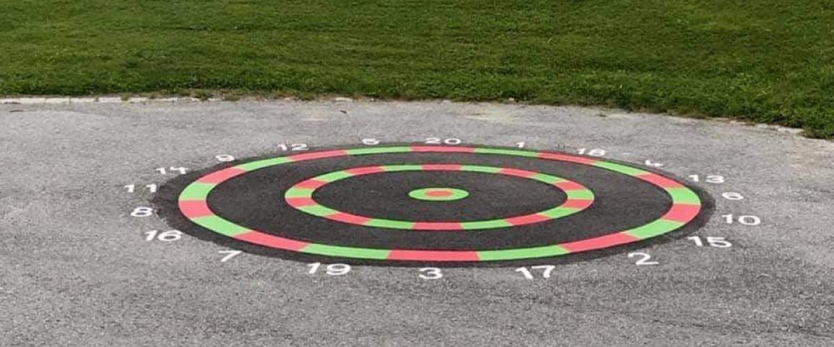 Kastespill malt på asfalt med akrylmaling i spreke farger