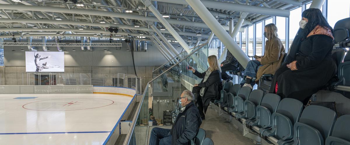 Tribune med god oversikt over isflaten