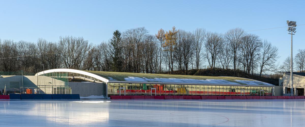 Ishallen sett utenfra. Grønt tak skal gjøre at hallen sammenfaller med naturen i bakgrunnen