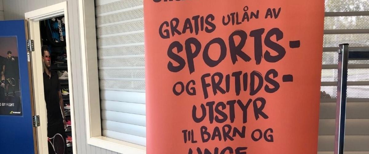 Roll-up med tekst om utlån av sportsutstyr fra Kirkens Bymisjon.