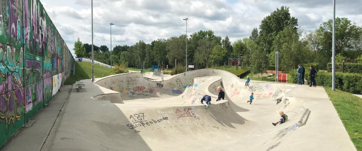 Skatebowl med lekende barn