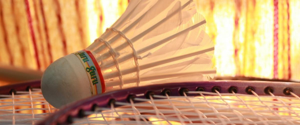 Badmintonball og del av racket.