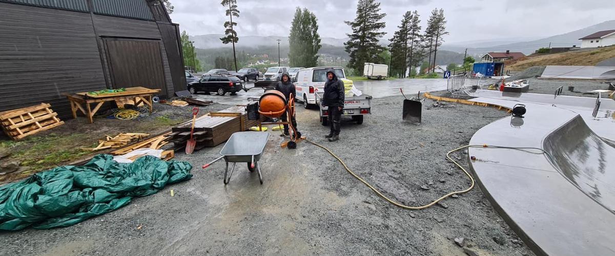 Bilde av dugnadsgjeng i arbeid en regnfull dag