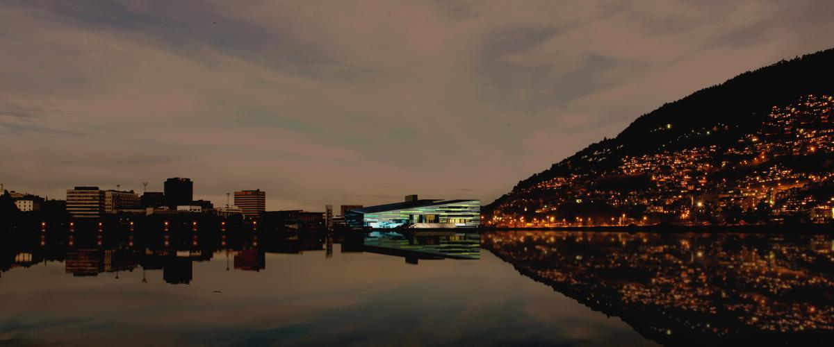 Opplyst svømmehall utendørs i mørket
