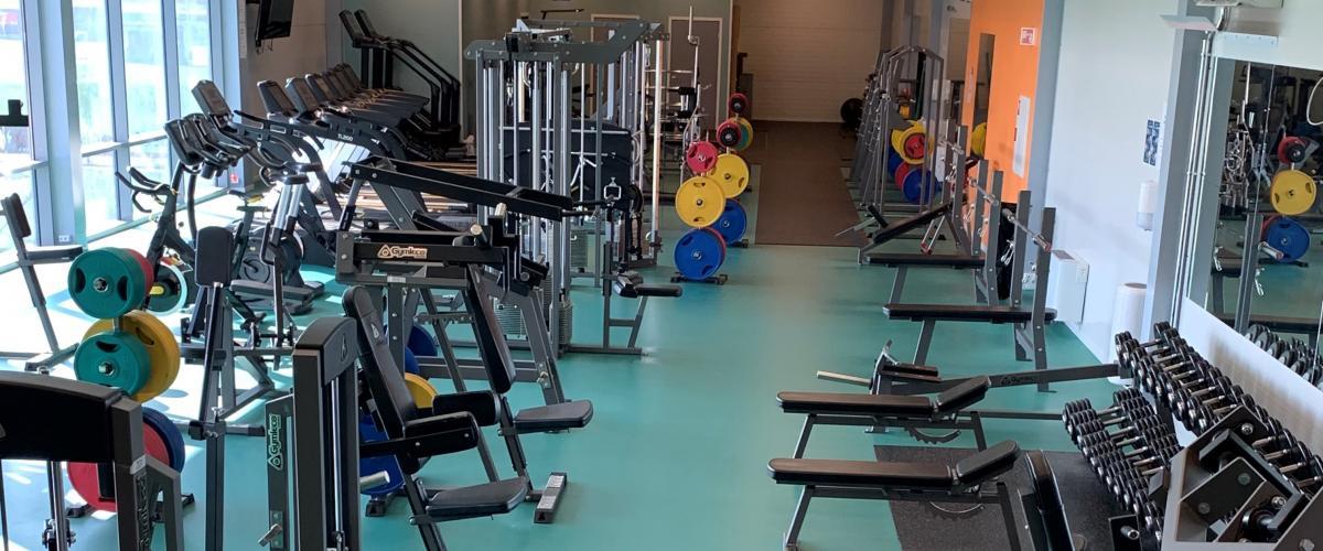 Treningsapparater i styrketreningsrom