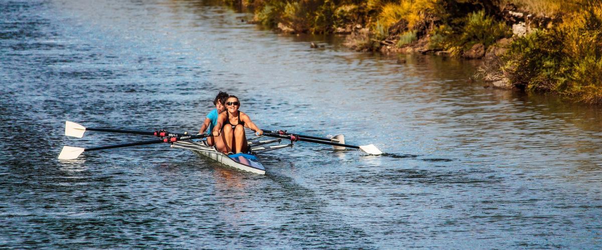 To personer som ror på en elv