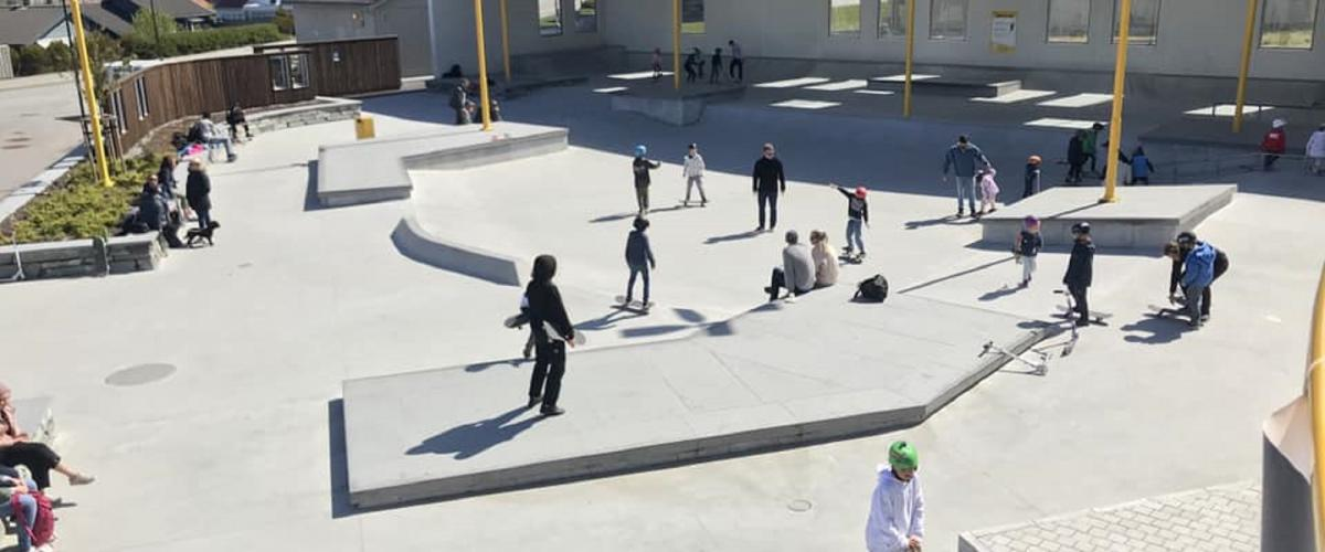 Ulike elementer for skating, støyskjerming mot vei og benker