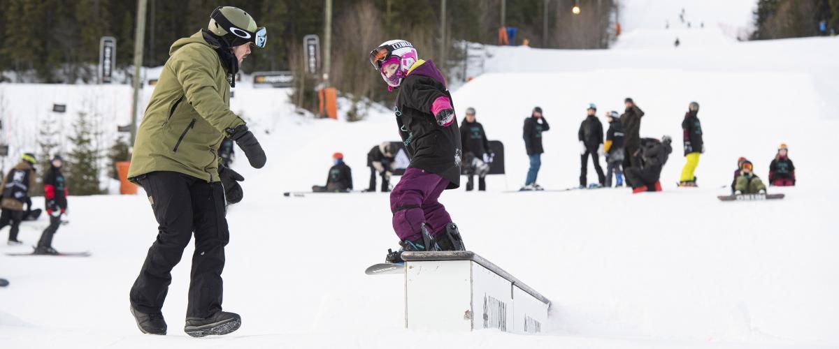 Snowboardkjørere i SkiStar Snow Park Trysil
