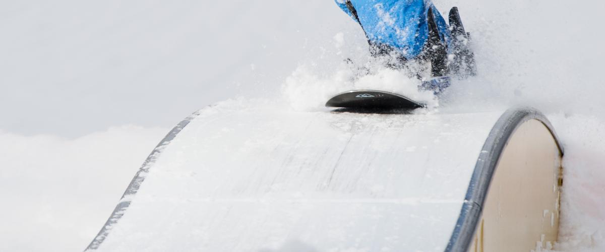 Snowboardkjører på boks i Snow Park Green