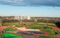 Aktivitetspark med løpebaner og andre apparater