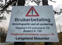 Skilt med informasjon om brukerbetaling ved Langeland Skisenter.